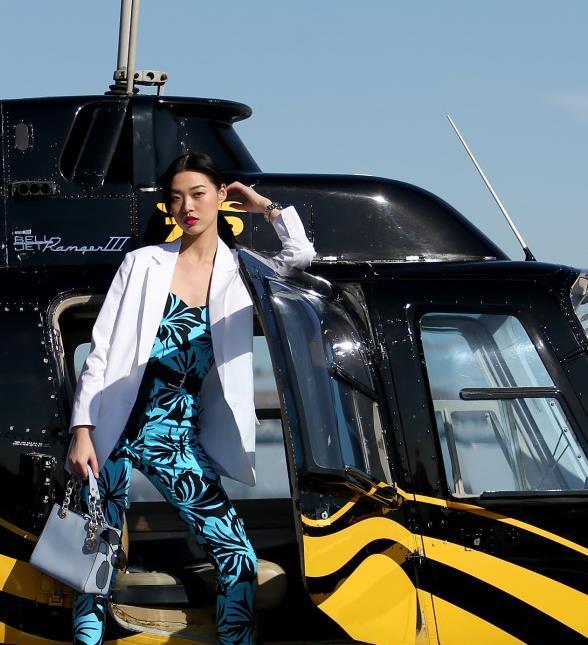 MK官网 超模游天翼现身纽约演绎迈克高仕(Michael Kors)Cynthia系列包包